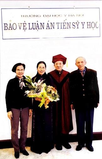 Tiến sĩ, Bác sĩ Chuyên khoa II Nguyễn Thị Vân Anh chụp cùng GS Nguyễn Tài Thu