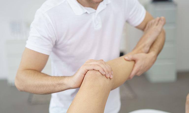 Bấm huyệt chữa bệnh xương khớp là phương pháp được áp dụng phổ biến.