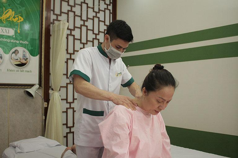 Điều trị đau vai gáy bằng bấm huyệt tại trung tâm Đông phương Y pháp