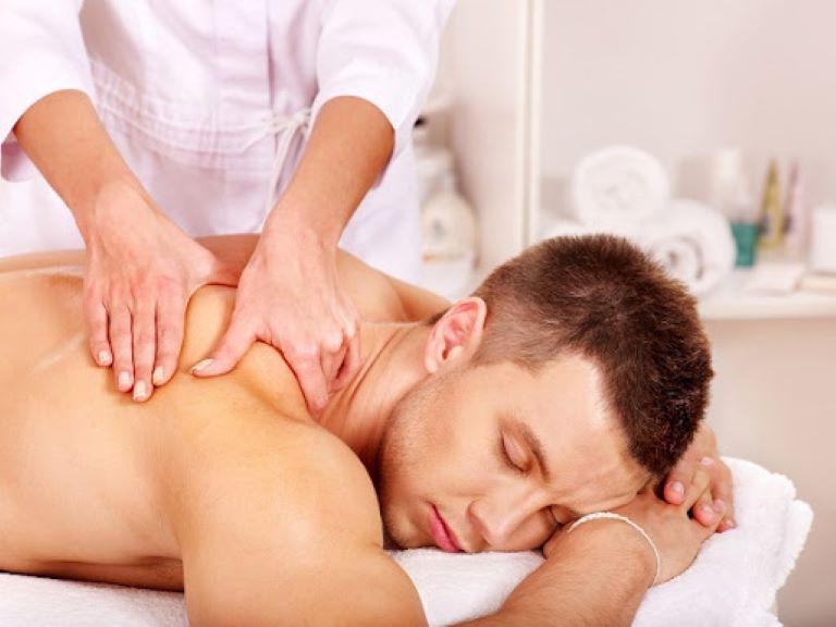 Xoa bóp hỗ trợ điều trị đau vai gáy