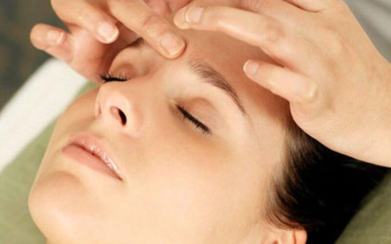 Thao tác nhẹ nhàng khi bấm huyệt chữa lệch mặt.