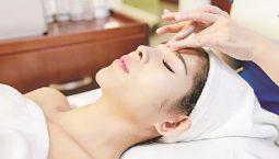 Bấm huyệt kết hợp massage giúp mau chóng lấy lại khuôn mặt cân đối.