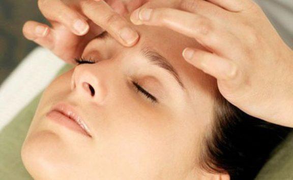 Xoa bóp, bấm huyệt chữa trị rất hiệu quả chứng đau đầu, mất ngủ.