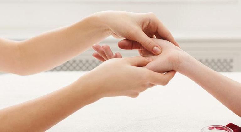 Xoa bóp, bấm huyệt là phương pháp chữa được nhiều loại bệnh.