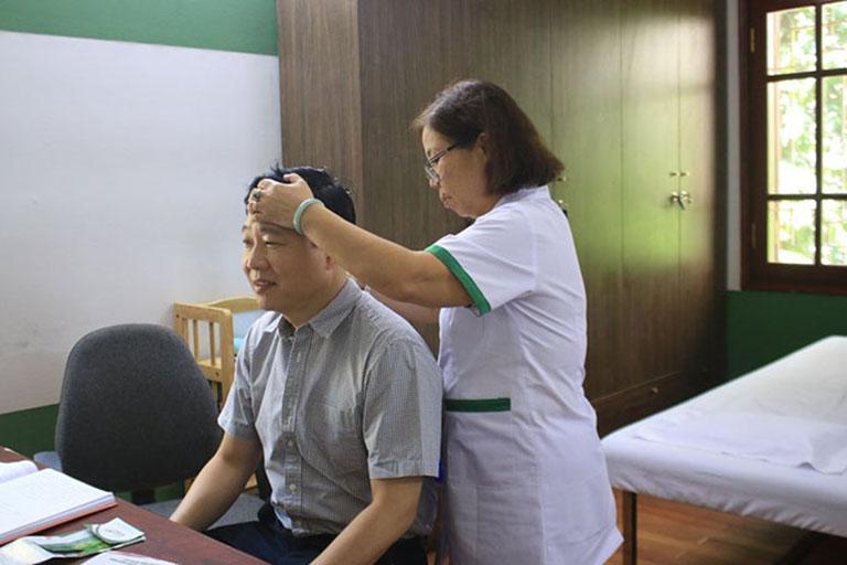 Bác sĩ Doãn Hồng Phương giúp bệnh nhân tập trị liệu vùng cổ