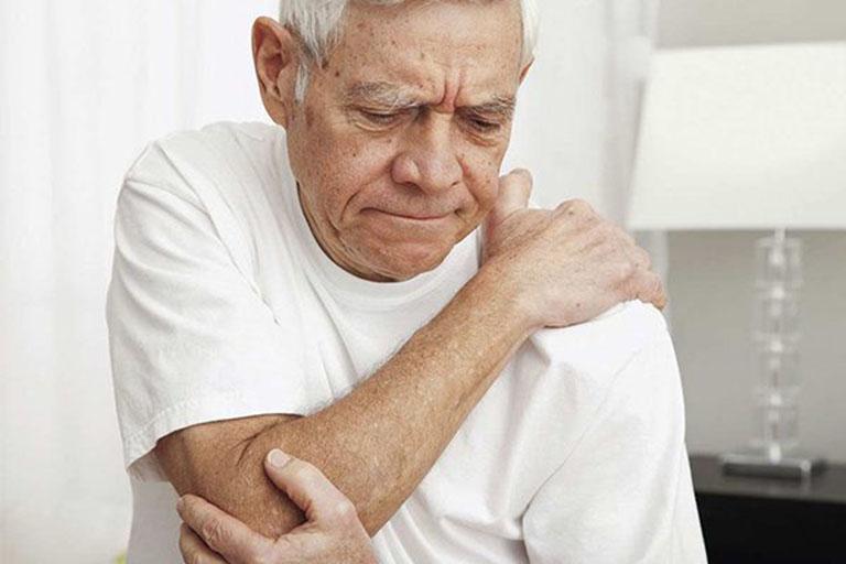 Bệnh nhân thoái hóa khớp vai thường có biểu hiện đau, tê bì rất khó chịu