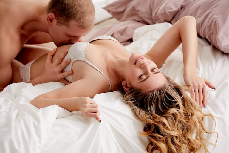 Dùng môi và lưỡi nhịp nhàng để kích thích vùng bụng và rốn của nàng
