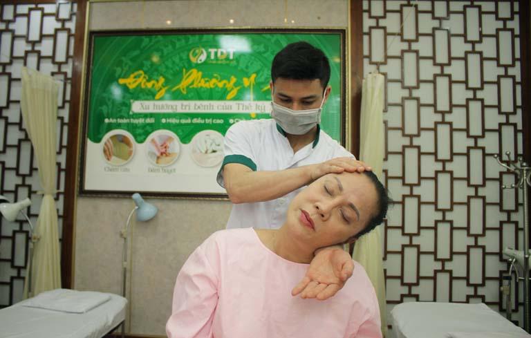 Nghệ sĩ Hương Dung thực hiện điều trị bằng Vật lý trị liệu tại ĐPYP