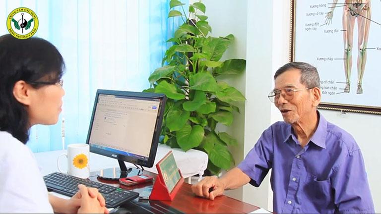 NSND Trần Hạnh thăm khám và điều trị bệnh xương khớp tại Trung tâm