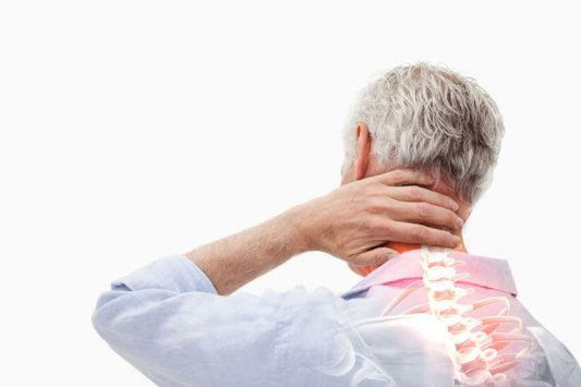 Thoái hóa khớp cổ thường gây ra những cơn đau kéo dài, lan rộng khắp vùng cổ vai gáy