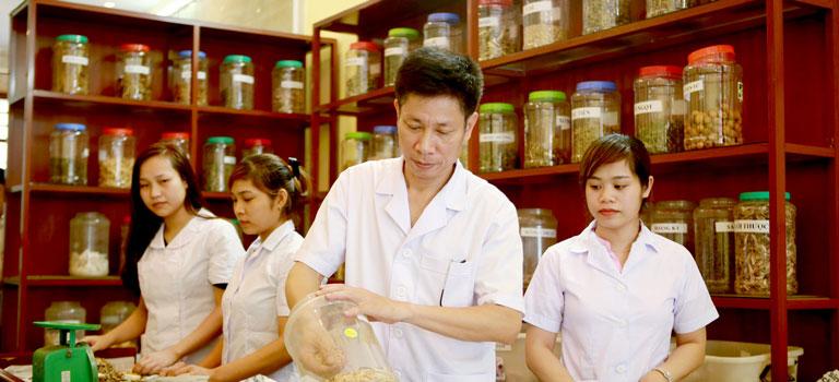 Bác sĩ Ngô Quang Hùng đang là Trưởng khoa Châm cứu của Bệnh viện Đa khoa Y học cổ truyền