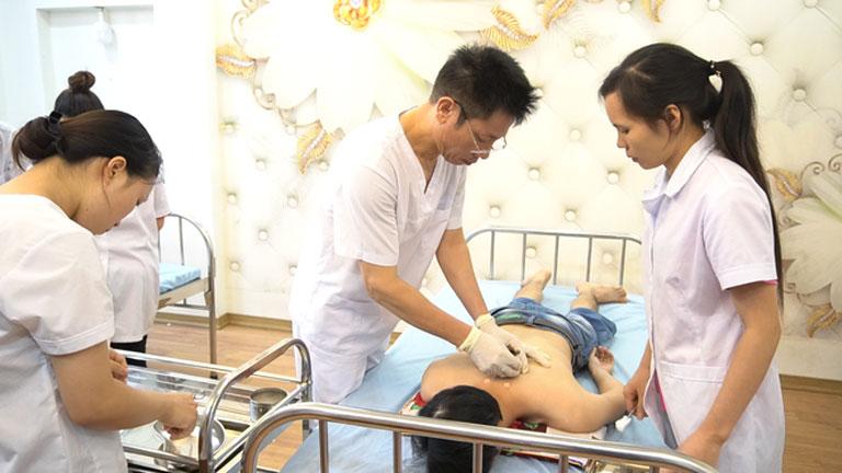 Thạc sĩ Ngô Quang Hùng cùng nhiều chuyên gia khác đã thành lập nên viện cấy chỉ Hải Thượng Lãn Ông