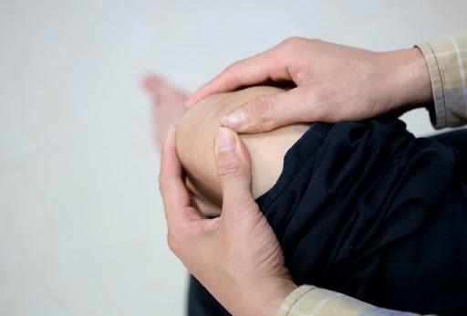 Bấm huyệt chữa đau khớp gối không chỉ có khả năng trị bệnh mà còn tạo cảm giác thoải mái, dễ chịu cho bệnh nhân