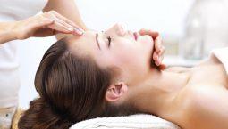 Xoa bóp bấm huyệt mặt nên được thực hiện bởi chuyên gia, tại các cơ sở uy tín