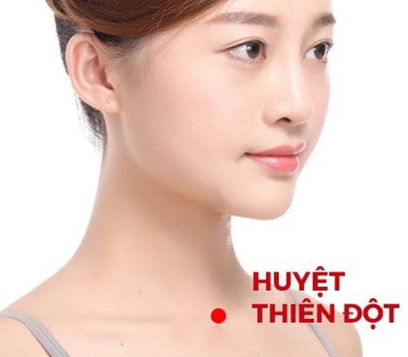 Bấm huyệt giảm béo mặt tại huyệt thiên đột giúp giảm lượng mỡ thừa ở trên mặt.