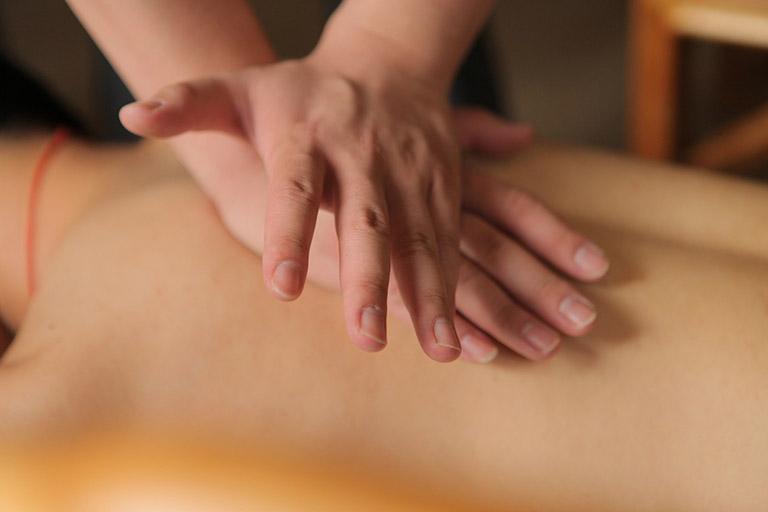 Xoa bóp bấm huyệt có tác dụng giảm nhanh các triệu chứng khó chịu do ợ hơi