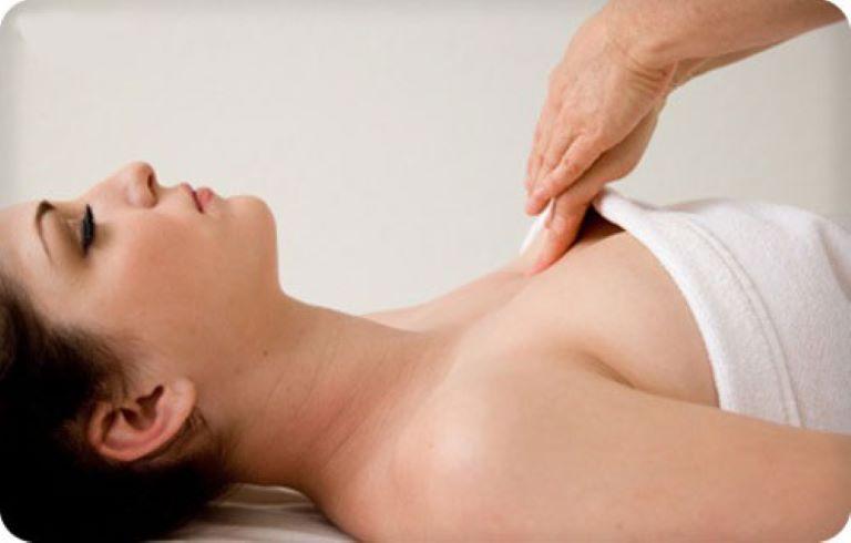 Ưu điểm vượt trội của bấm huyệt vòng 1 so với phẫu thuật nâng ngực là tính an toàn và tiết kiệm