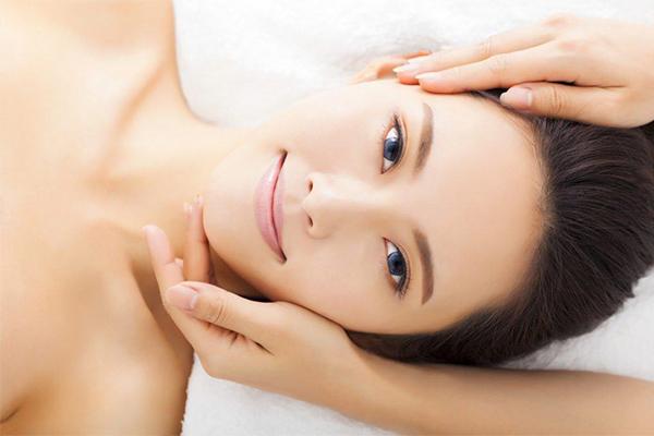 Phương pháp bấm huyệt thông cơ mặt được nhiều chị em phụ nữ lựa chọn.