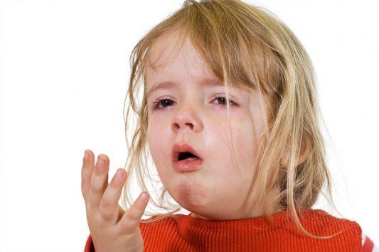 Những cơn ho có thể xuất hiện đột ngột và liên tục lặp lại giống như một phản xạ có điều kiện để loại bỏ bớt các dịch tiết, bụi, vi khuẩn