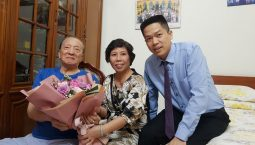 Bác sĩ Doãn Hồng Phương và Lương y Nguyễn Quang Hưng đến thăm GS Tài Thu nhân ngày Nhà giáo Việt Nam