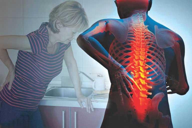Hệ lụy của chèn ép dây thần kinh là khiến người bệnh đau nhức khắp người, khó đi lại và vận động