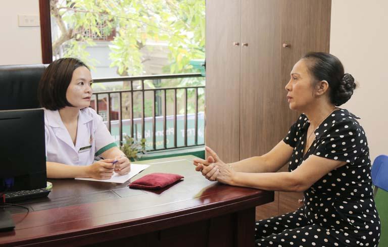 NS Hương Dung được BS Lệ Quyên trực tiếp thăm khám
