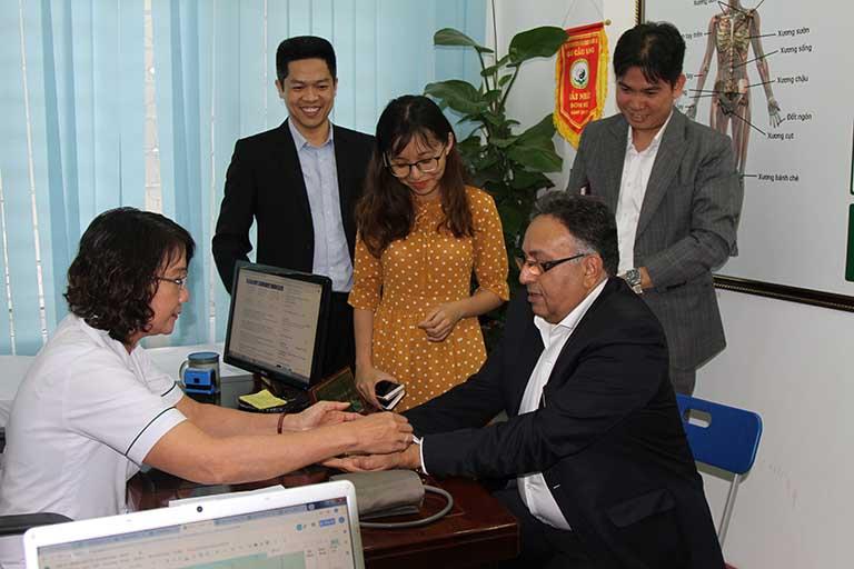 Tiến sĩ Alok được thăm khám trực tiếp bởi Ths.Bs Nguyễn Thị Tuyết Lan (Giám đốc chuyên môn tại Trung tâm Thuốc dân tộc)