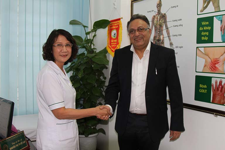 Tiến sĩ Alok Bharadwaj điều trị bệnh thành công tại Đông phương Y pháp