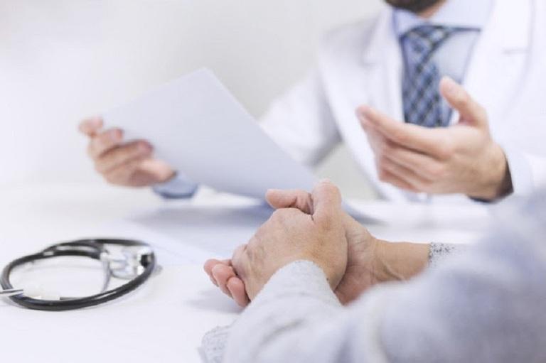 Bác sĩ hội chẩn chuẩn bị cấy chỉ bao quy đầu chữa xuất tinh sớm