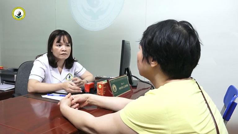 Bs Lệ Quyên tiến hành thăm khám và điều trị cho cô Ngô Thanh Tâm