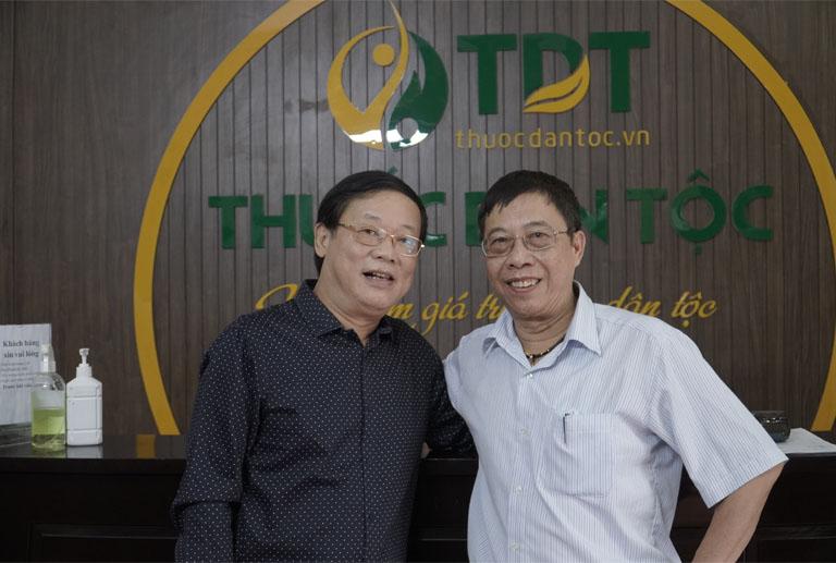 Nghệ sĩ Phú Thăng chụp ảnh kỉ niệm với bác sĩ Lê Hữu Tuấn