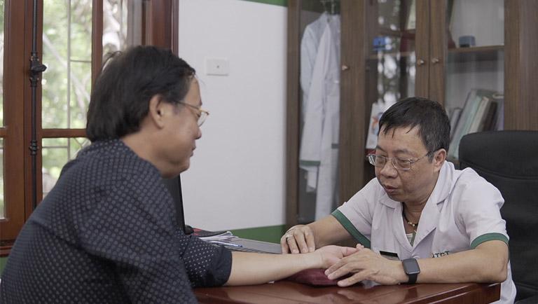 Nghệ sĩ Phú Thăng khám bệnh tại Đông Phương Y Pháp