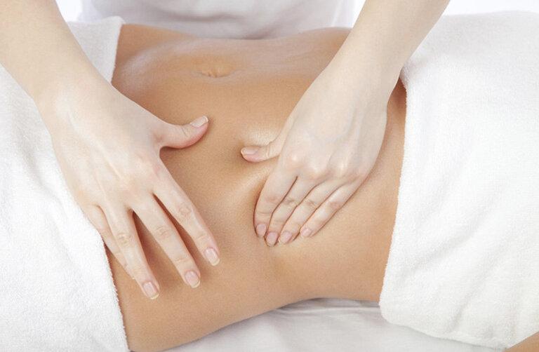 Xoa bóp là bước đệm để bấm huyệt chữa đầy bụng khó tiêu đạt hiệu quả cao.