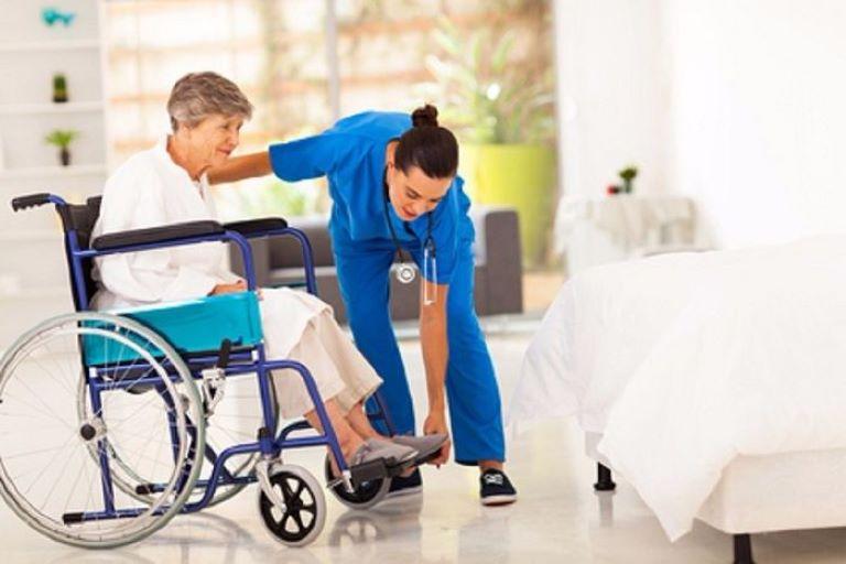 Xoa bóp bấm huyệt là biện pháp phát huy hiệu quả cao trong việc phục hồi chức năng cho người bệnh sau tai biến