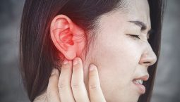 Viêm tai giữa gây đau đớn cho người bệnh.