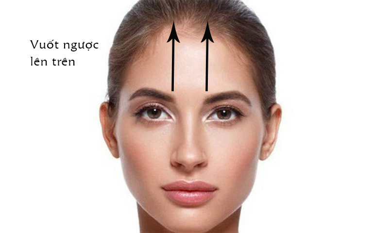 Vuốt ngược từ đầu trong hai bên lông mày lên chân tóc để giảm sổ mũi