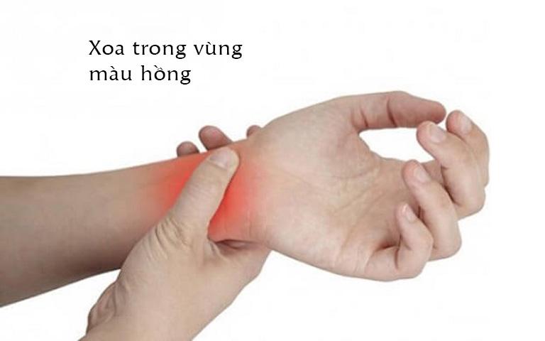 Xoa xát mặt trước cổ tay giúp giảm ho