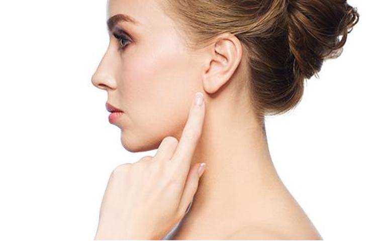 Vuốt dọc hai bên tai giúp bệnh nhân cường giáp ngủ ngon giấc hơn