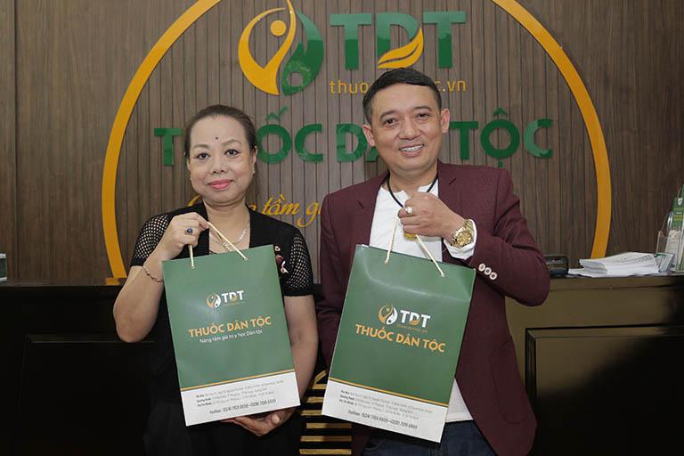 Nghệ sĩ Thu Hà và Nghệ sĩ Chiến Thắng tại Thuốc dân tộc