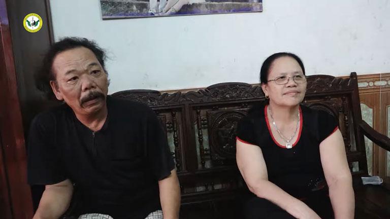 Người chồng luôn sát cánh đồng hành cùng cô Đoàn Thị Miên trong quá trình điều trị