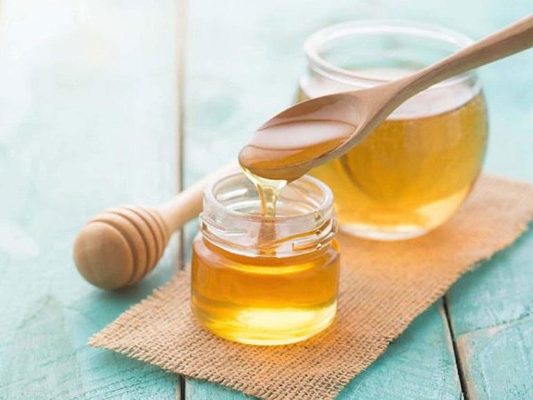 Mật ong giúp ngăn chặn nếp nhăn, làm làn da trắng sáng mịn màng tự nhiên hơn.