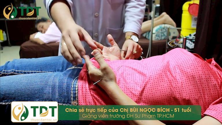 Ảnh chụp thực tế buổi điều trị của chị Bích bằng châm cứu tại Trung tâm Thuốc dân tộc