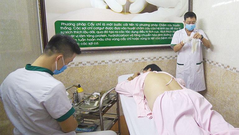 bác sĩ Tuấn thực hiện cấy chỉ cho NS Phú Thăng