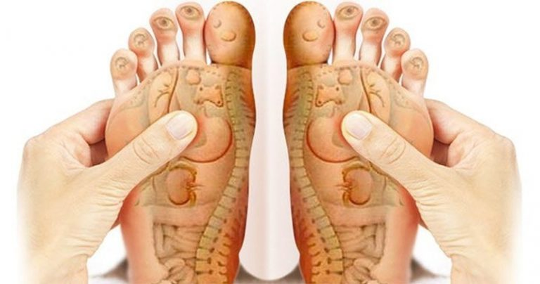 Bấm huyệt bàn chân tốt cho sức khỏe, nhất là người cao tuổi