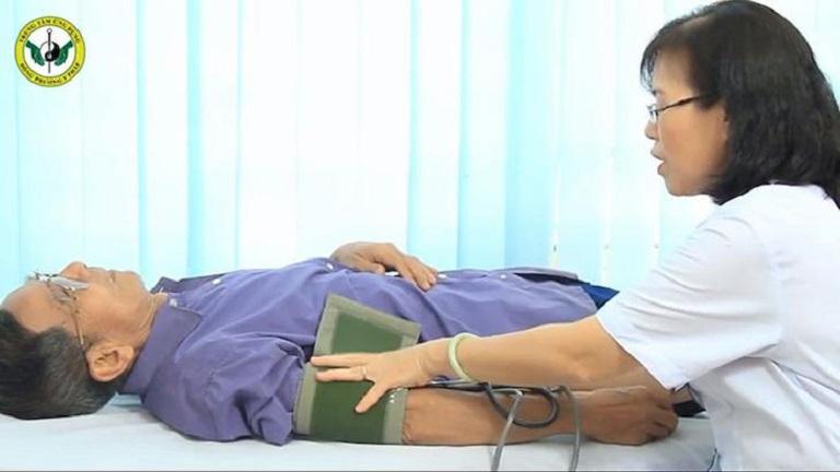 NSND Trần Hạnh được bác sĩ thăm khám trước khi điều trị