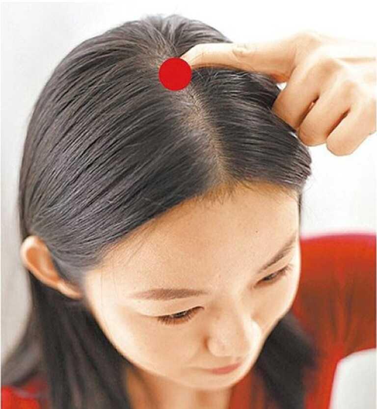 Bấm huyệt chữa tóc bạc sớm thông qua sự tác động tới vị trí huyệt đạo để cải thiện khả năng lưu thông máu