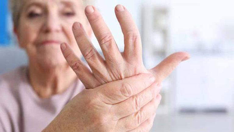 Tê bì chân tay là một trong những triệu chứng của bệnh
