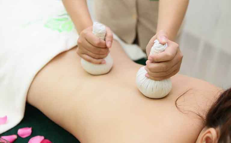 Chườm muối nóng sẽ giúp bệnh nhân cảm thấy thoải mái, dễ chịu hơn