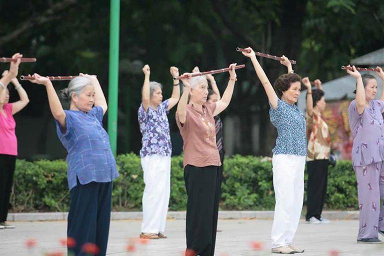 Tập thể dục thể thao vừa sức giúp người cao tuổi cải thiện tình trạng đau nhức và làm chậm quá trình lão hóa xương.