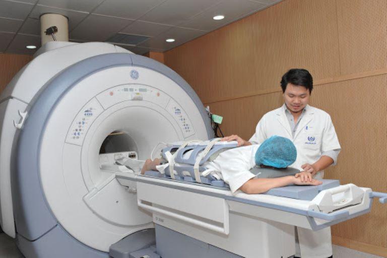 Chụp cộng hưởng từ MRI là phương pháp chẩn đoán hình ảnh giúp xác định vị trí và mức độ tổn thương của xương khớp với độ chính xác cao.